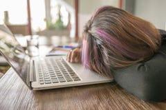 Junges Mädchen glauben müde schlafend, frustriert und auf Laptop lizenzfreies stockbild