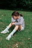 Junges Mädchen haben einen Rest im Parkgras stockbild