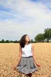 Junges Mädchen haben Spaß auf dem Weizengebiet Lizenzfreies Stockfoto