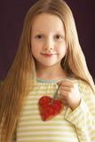 Junges Mädchen-Holding-Inner-geformtes Plätzchen im Studio stockbilder