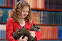 Junges Mädchen-Holding-Katze Lizenzfreies Stockbild