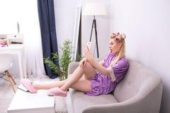 Junges Mädchen an ihrem Telefon zu Hause Stockbild