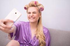 Junges Mädchen an ihrem Telefon zu Hause Stockfoto