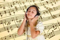 Junges Mädchen im alten Kleid während hörende Musik mit Kopfhörer Lizenzfreie Stockfotos