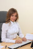 Junges Mädchen im Büro auf dem Arbeitsplatz Stockfoto