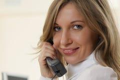 Junges Mädchen im Büro auf dem Arbeitsplatz bildet Aufruf Stockfoto