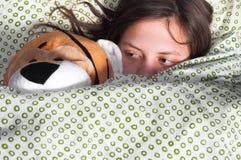 Junges Mädchen im Bettholding-Teddybären Lizenzfreie Stockfotos