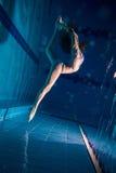 Junges Mädchen im Bikini, der unter Wasser aufwirft Lizenzfreie Stockfotos