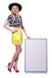 Junges Mädchen im bunten Kleid mit dem Plakat lokalisiert Stockfotos