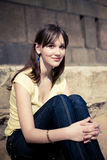 Junges Mädchen im Gelb auf dem Sand Lizenzfreies Stockfoto