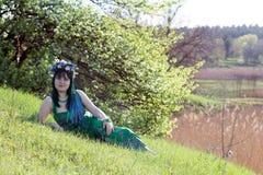 Junges Mädchen im grünen Kleid Stockfoto