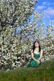 Junges Mädchen im grünen Kleid Stockfotos