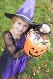 Junges Mädchen im Hexekostüm auf Halloween stockbilder