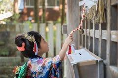 Junges Mädchen im Kimono Stockfotografie