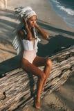 Junges Mädchen im Kostüm des Indianers Stockfotos
