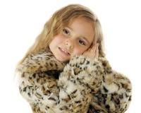 Junges Mädchen im Leopard-Mantel lizenzfreie stockfotos