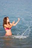 Junges Mädchen im Meer Lizenzfreies Stockfoto
