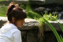 Junges Mädchen im Park Lizenzfreie Stockfotografie
