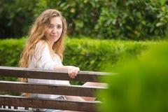 Junges Mädchen im Park betrachtete Rahmen Lizenzfreie Stockfotos