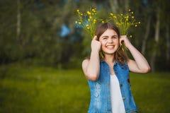 Junges Mädchen im Park mit Blumen stockfoto