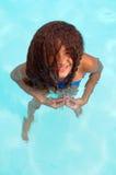 Junges Mädchen im Pool Lizenzfreie Stockfotos