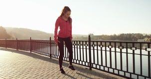 Junges Mädchen im Rosa, das Eignung tut, trainiert im Park bei Sonnenuntergang im Herbst Zeitlupe 4k Rotes Epos stock video footage