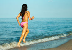 Junges Mädchen im rosafarbenen Bikini Stockbild