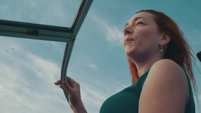 Junges Mädchen im Türkiskleider-Antriebsmotorboot Kamera: Nikon F-301, AIS 28/2 wind Blauer Himmel stock video footage