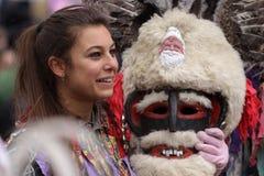 Junges Mädchen im traditionellen Maskeradekostüm Lizenzfreies Stockfoto