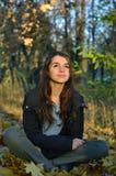 Junges Mädchen im Wald Stockbild