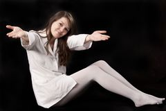 Junges Mädchen im weißen Hausmantel lizenzfreies stockbild