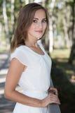 Junges Mädchen im weißen Kleid lizenzfreie stockbilder