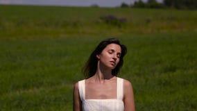 Junges Mädchen im weißen Kleid stock footage