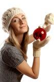 Junges Mädchen im Winter kleidet mit Weihnachtskugel Lizenzfreies Stockbild