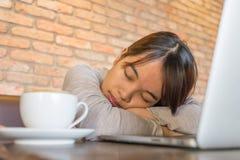 Junges Mädchen ist zu müde und Schlaf lizenzfreie stockfotografie
