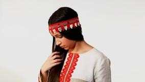 Junges Mädchen kümmern sich um langem Haar stock video footage