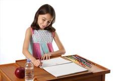 Junges Mädchen-/Kind-Zeichnung mit Bleistiften Lizenzfreie Stockfotos
