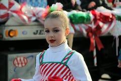 Junges Mädchen kleidete in der Pfefferminzstockausstattung an und marschierte in Feiertagsparade, Glens Falls, New York 2014 Stockfotografie