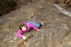 Junges Mädchen klettert oben stockbild