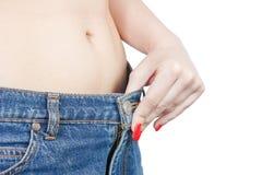 Junges Mädchen misst die Blue Jeans, groß stockfotos