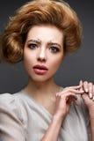 Junges Mädchen mit üppigem Frisur und Make-up Akt Schönes Modell mit Pailletten auf den Augenbrauen und mildern rosa Maniküre Lizenzfreie Stockbilder