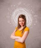 junges Mädchen mit abstrakten Kreisgekritzellinien und -ikonen Lizenzfreies Stockbild