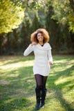 Junges Mädchen mit Afrofrisur gehend in einen städtischen Park stockfoto