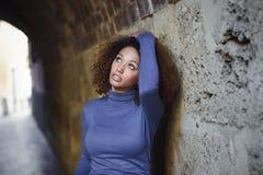 Junges Mädchen mit Afrofrisur im städtischen Hintergrund stockfoto