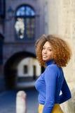 Junges Mädchen mit Afrofrisur im städtischen Hintergrund stockfotos