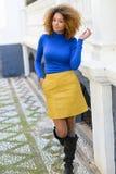 Junges Mädchen mit Afrofrisur im städtischen Hintergrund stockbilder