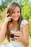 Junges Mädchen mit alkoholfreiem Getränk stockfotos