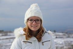 Junges Mädchen mit Augengläsern am Winter Stockbilder