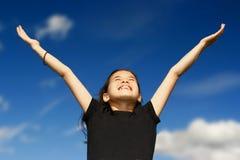 Junges Mädchen mit beiden Armen breit lizenzfreie stockbilder