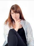 Junges Mädchen mit blauem Hut Shhh ruhiger geheimer Ausdruck lizenzfreies stockfoto
